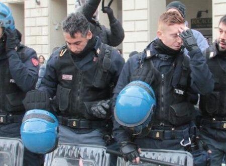 LA MODA DEI POLIZIOTTI CHE SI ARRENDONO